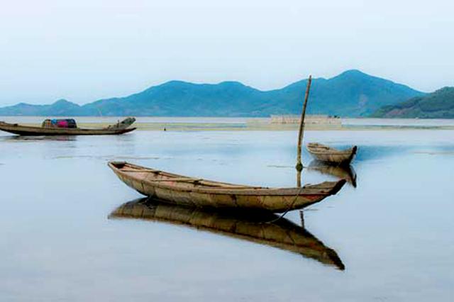 Nếu không biết chèo thuyền độc mộc có thể thuê ngư dân để học đưa bạn ra khơi