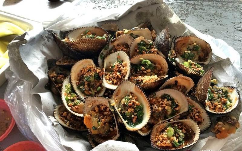 Bạn có thể mua hải sản tại chợ sau đó nhờ họ chế biến luôn cho