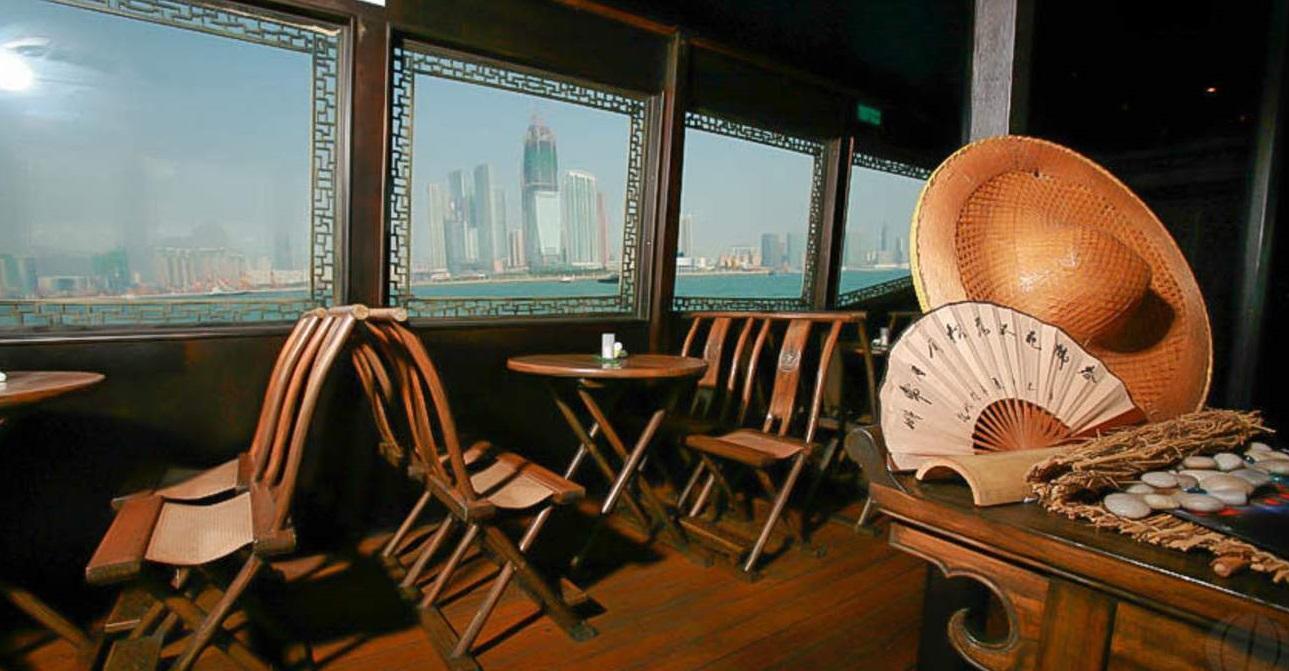 Từ khung cửa, bàn ghế cho đến những vật trang trí đều mang đậm bản sắc văn hóa Trung Hoa