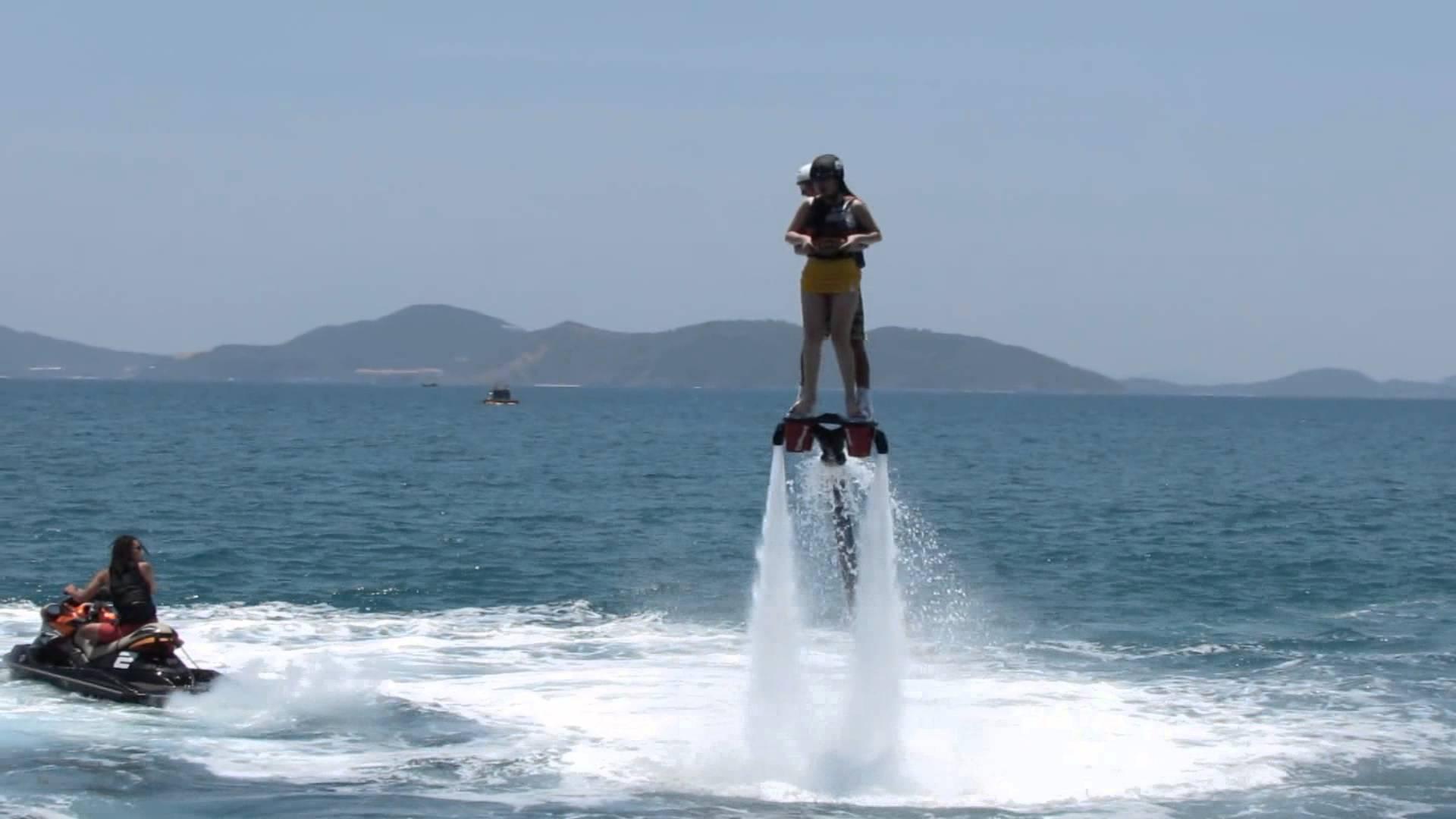 Một nhóm du khách quốc tế thử sức với Flyboard và Jetski tại Nha Trang