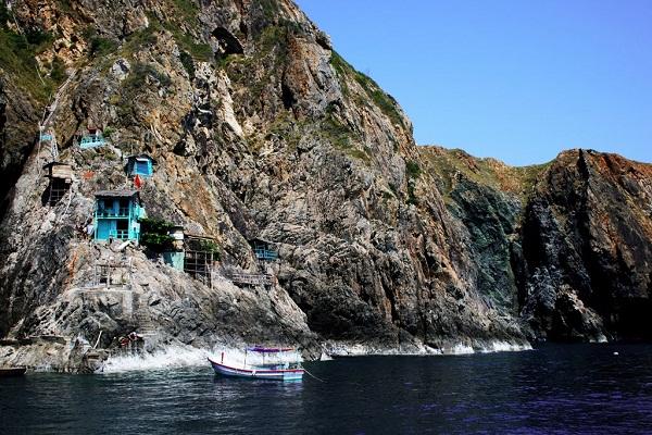 """Một trong những """"nhà Yến"""" ở đảo Hòn Mun"""