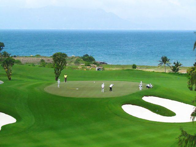 Sân golf mini là nơi để bạn thử vung gậy golf