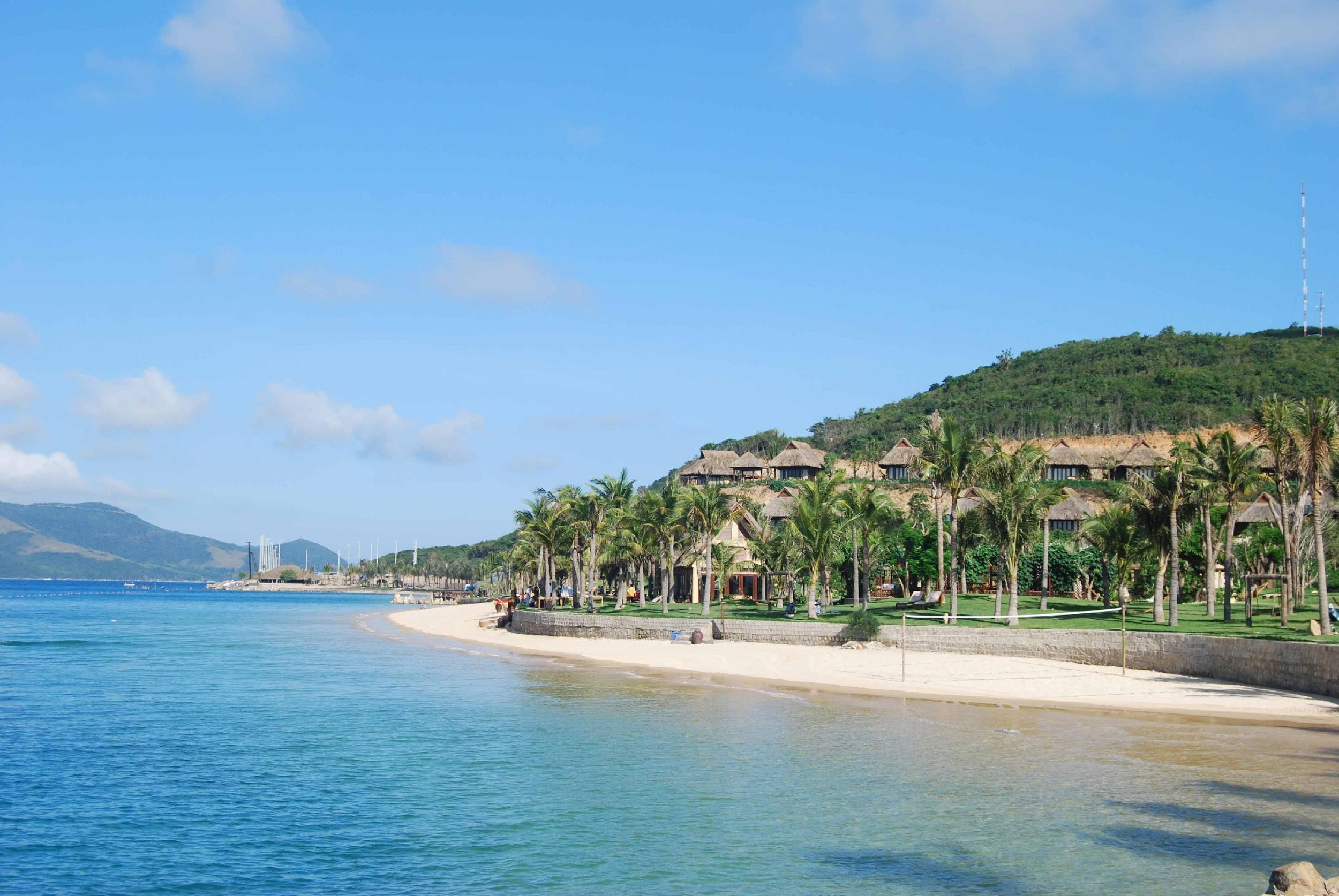 Hòn Tằm hội tụ để trở thành điểm nghỉ dưỡng lý tưởng với biển xanh, cát trắng, nắng vàng