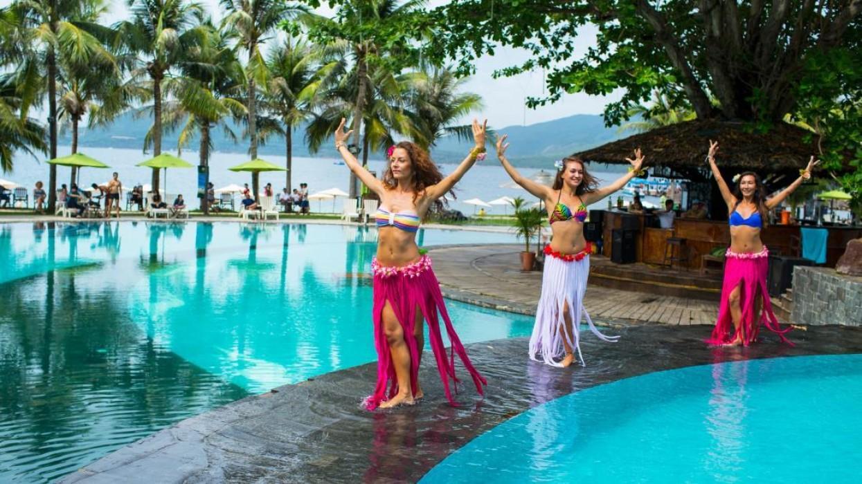 Những vũ điệu latin quyến rũ gợi nhắc đến vùng biển Hawaii đầy nắng gió