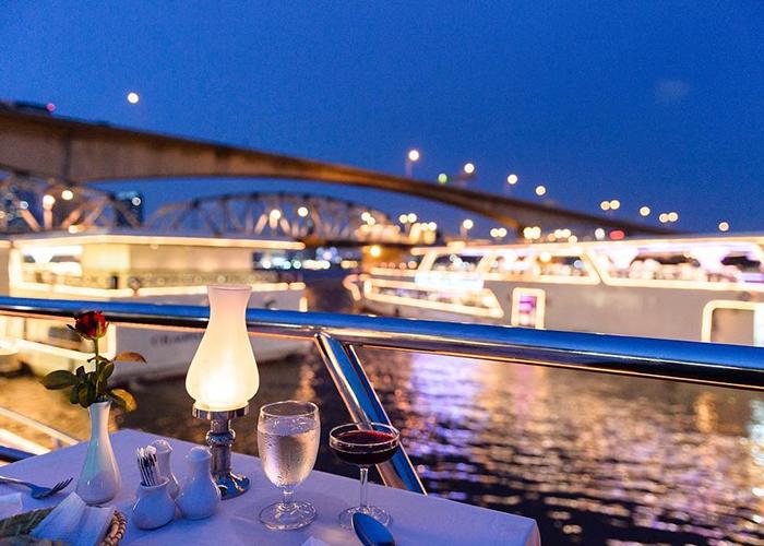 Ăn tối trên du thuyền dọc theo sông Chao Phraya là một trải nghiệm đặc biệt lãng mạn