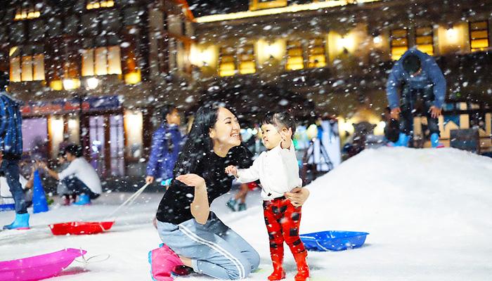 """Cùng """"giải nóng"""" với những bông tuyết mát lạnh tại Snow Town Bangkok"""