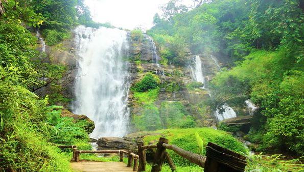 Những thác nước hùng vĩ, tráng lệ tô điểm thêm nét thơ mộng cho công viên