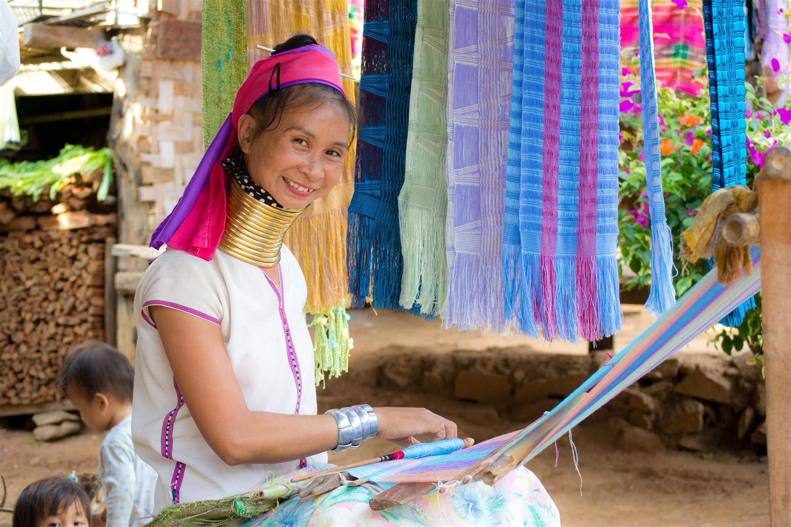 Những người phụ nữ trong làng cổ dài Karen phải đeo vòng cổ từ bé, mỗi năm thêm 1 chiếc
