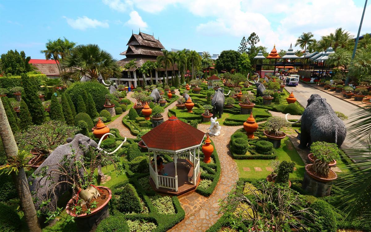 Khu vườn gốm với những bức tượng voi như mang một hàm ý về văn hóa của người Thái
