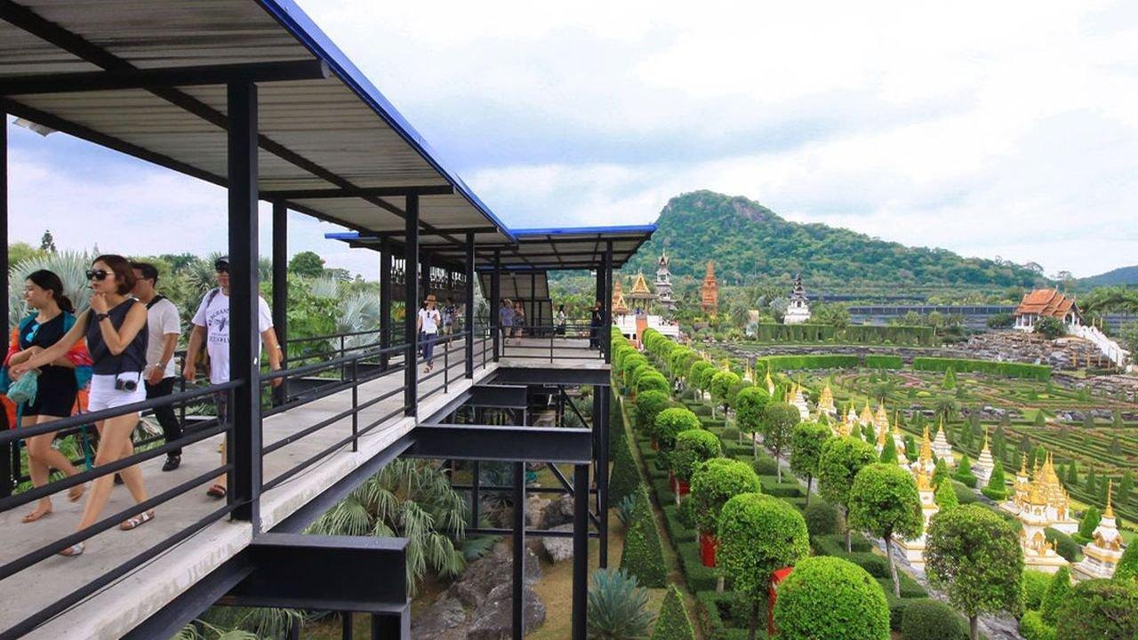 Hành lang Skywalk sẽ là một điểm dừng chân lý tưởng để ngắm nhìn Noong Noch Tropical Garden từ trên cao