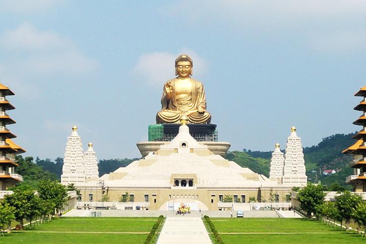 """Xung quanh Quang Đại Phật có 4 bảo tháp nhỏ tượng trưng cho """"Tứ Diệu Đế"""""""
