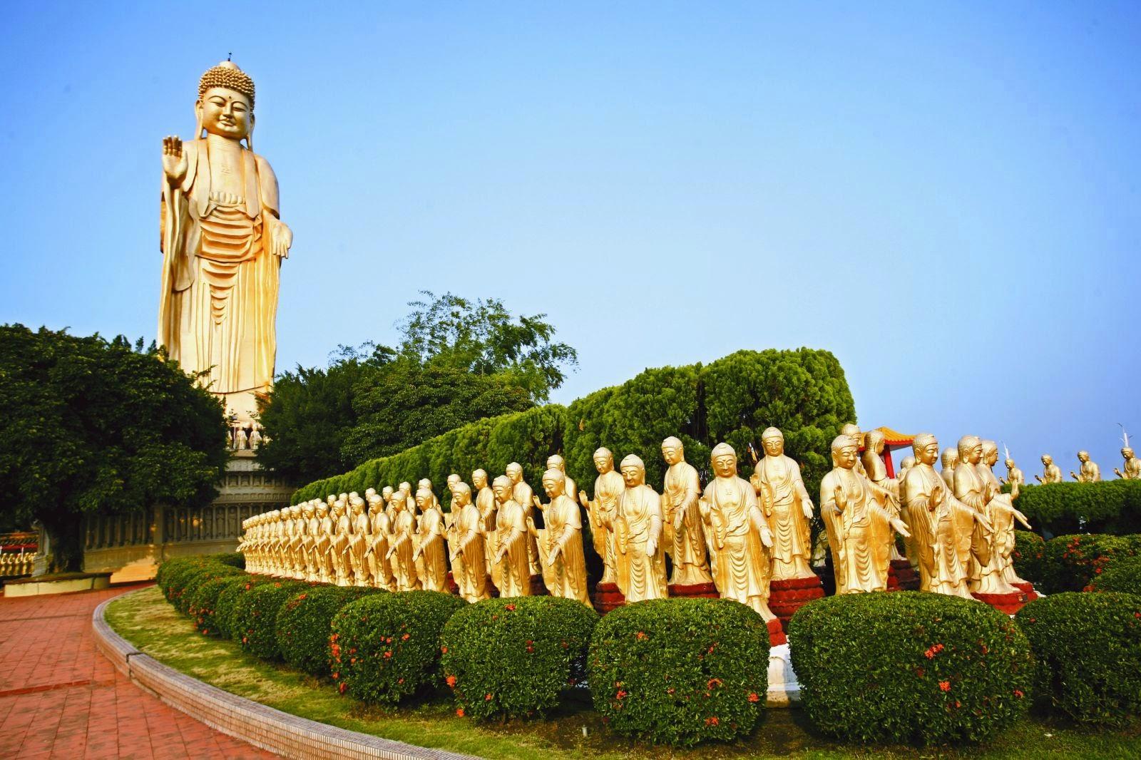 Những pho tượng phật dát vàng trong khuôn viên Phật Quan Sơn