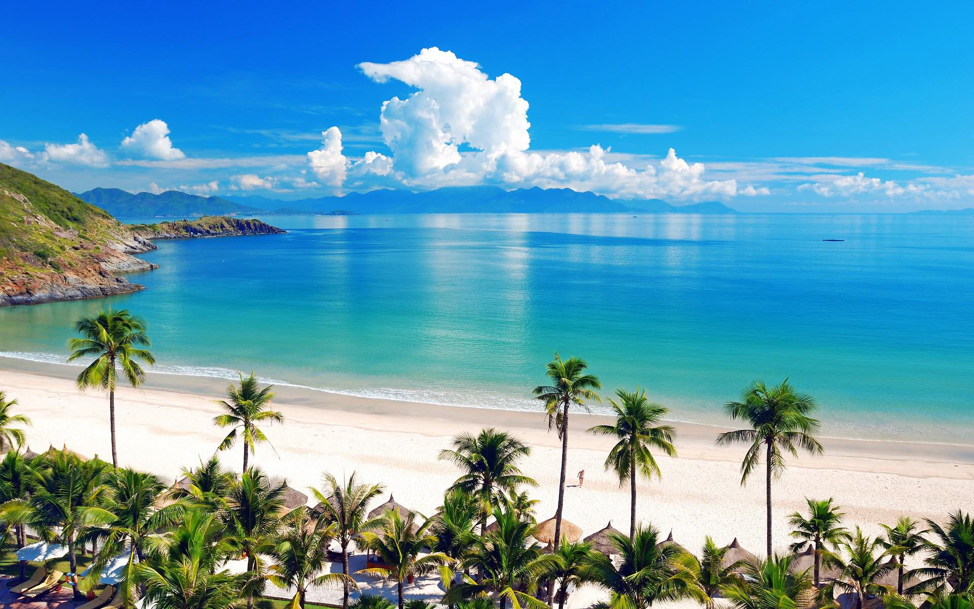 Vịnh biển Nha Trang xanh ngắt một màu với bầu trời