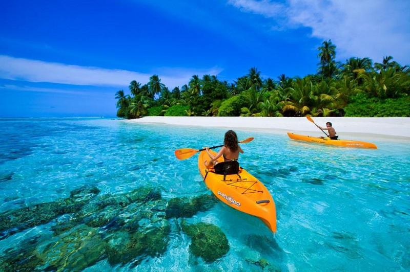 Chỉ cần ngồi trên thuyền cũng có thể thưởng thức vẻ đẹp của san hô Phú Quốc