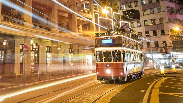 Hình ảnh của chiếc tàu điện ẩn hiện trong ánh đèn của thành phố