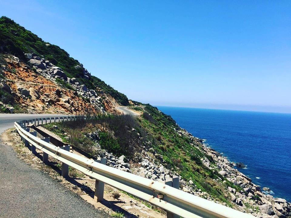 Con đường ven biển xinh đẹp dẫn để biển Vân Phong