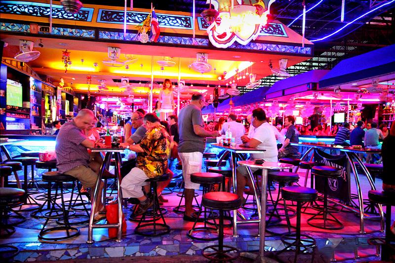 Walking Street Pattaya có rất nhiều quán bar – pub – vũ trường…
