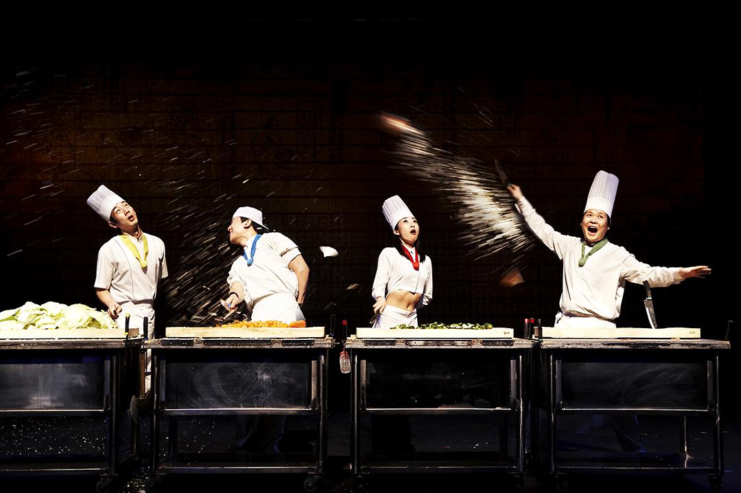 Họ sử dụng cả vật dụng lẫn nguyên liệu thức ăn để trình diễn trên sân khấu