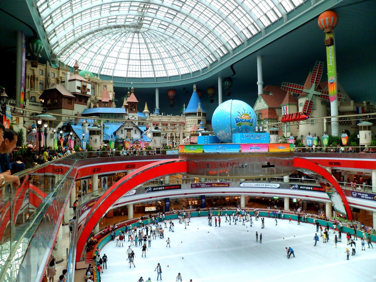 Sân trượt băng trong Lotte World luôn đông đúc
