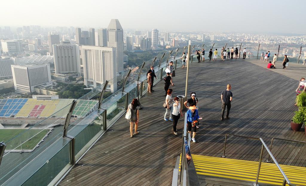 Marina Bay Sands SkyPark tọa lạc trên đỉnh ba tòa tháp khách sạn cao vút