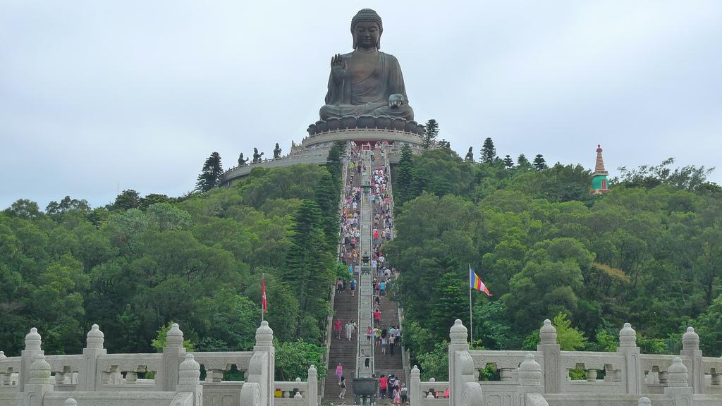 Bức tượng đại phật ở Ngong Ping thu hút đông đảo du khách đến tham quan