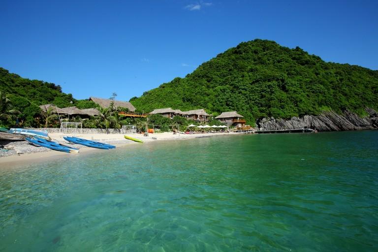 Tắm và nghỉ ngơi tại bãi cát ở đảo Cát Dứa được xem là 1 trong những lựa chọn lý tưởng