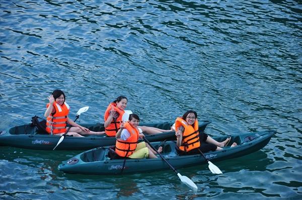 Chèo thuyền Kayak là hoạt động ưa thích tại Vịnh Lan Hạ
