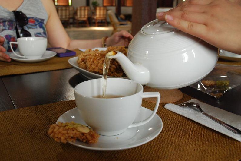Nhâm nhi tách trà dịu mát, không hề đắng chát cùng chút đồ ăn vặt kiểu Thái