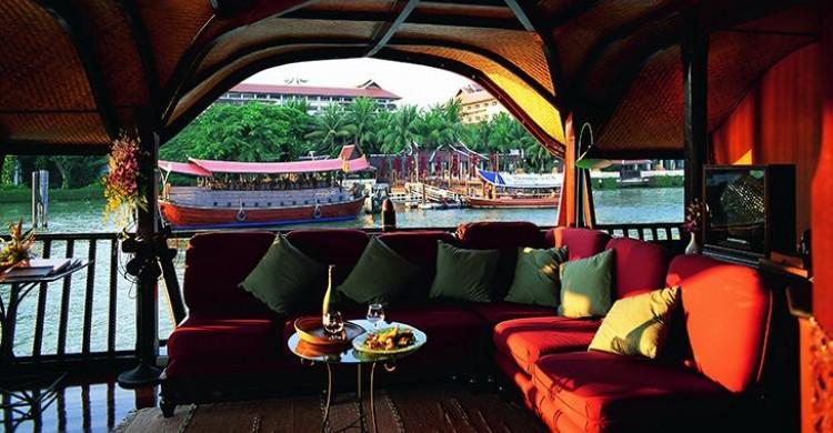 """Sau khi ăn tối bạn có thể đến """"phòng khách"""" để thư giãn và ngắm cảnh 2 bên bờ sông Chao Phraya"""