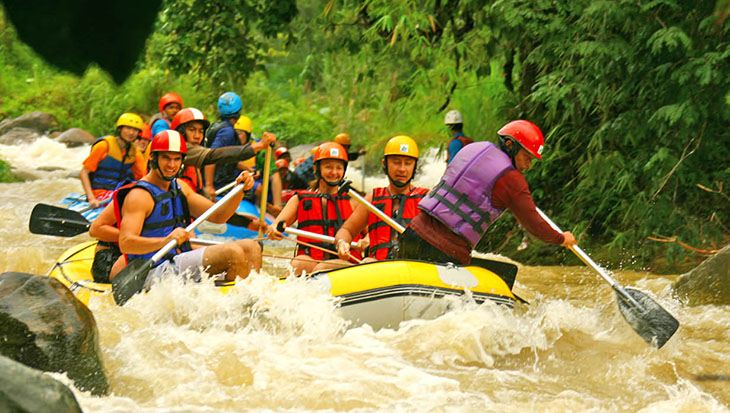 Du khách rất thích thú khi tham gia hoạt động chèo thuyền vượt thác tại nơi này