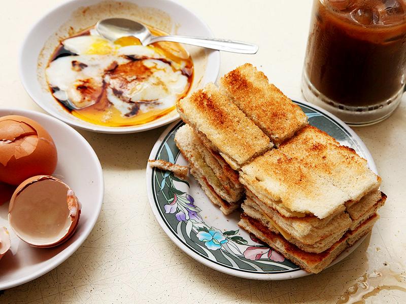 Bộ ba bánh mì - cafe - trứng luộc mềm là một lựa chọn hoàn hảo cho bữa sáng tại Singapore