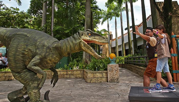 uss-jurassic-world-explore-roar-raptor-training-school