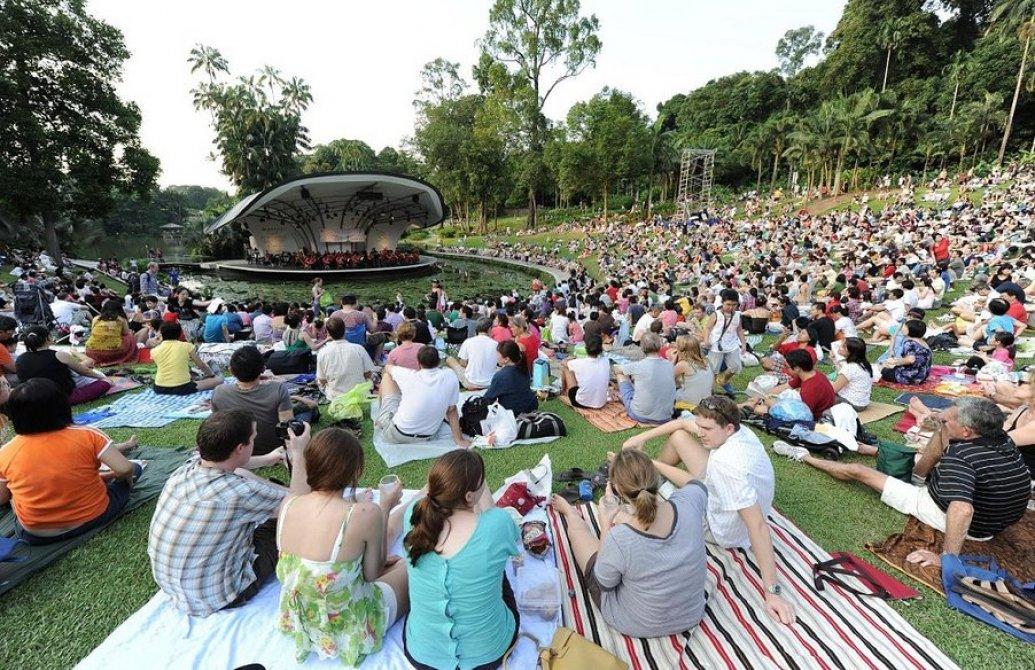 Nếu bạn đến vào cuối tuần, thì Botanic Garden sẽ đông như thế này đấy!