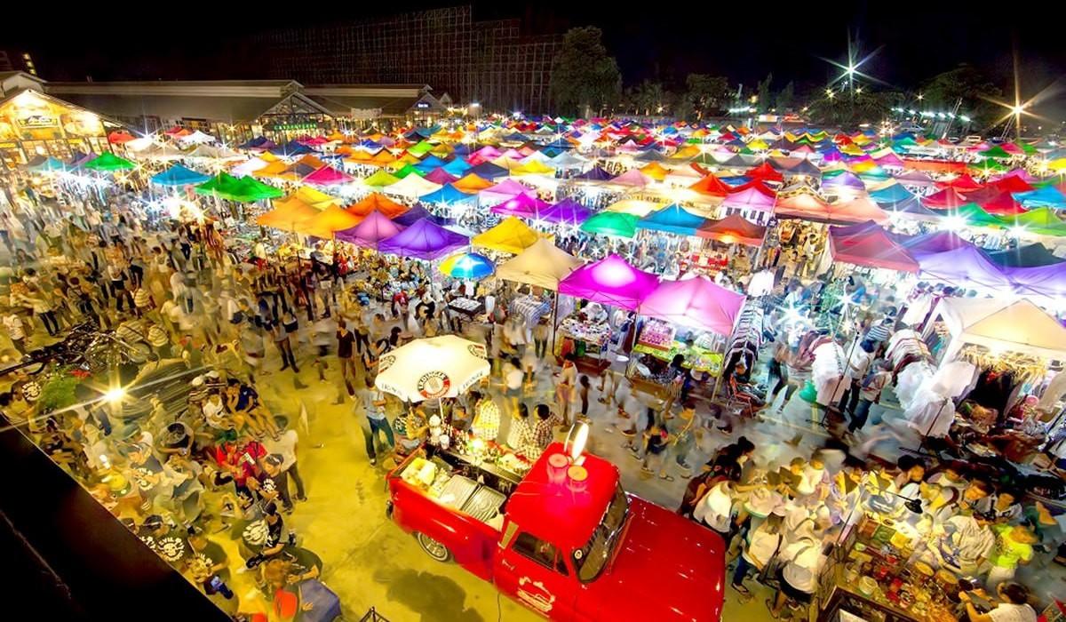 Chợ đêm Rot Fai là thiên đường mua sắm cho khách du lịch