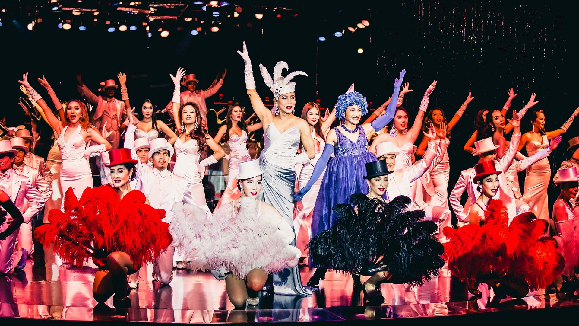 Calypso Carabet Show nổi tiếng với các màn biểu diễn của nam vũ công chuyển giới