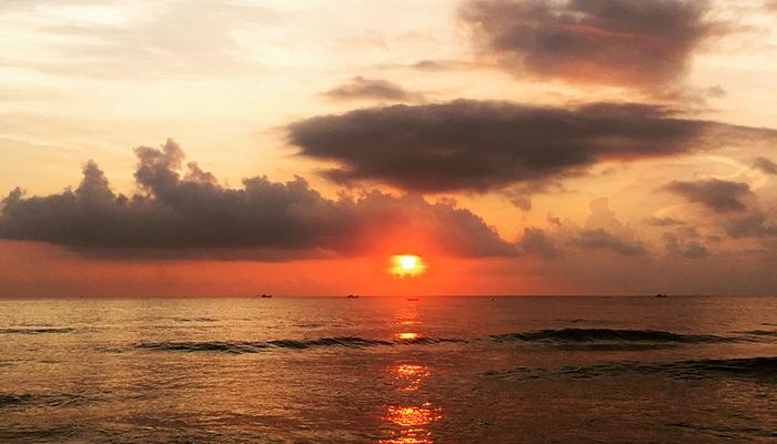 Hoàng hôn trên bãi biển yên ả này là món quà tuyệt vời nhất từ thiên nhiên.