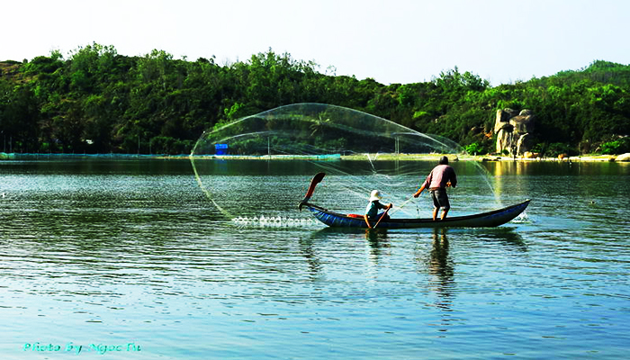 Đầm Ô Loan nổi tiếng với nhiều loại hải sản.