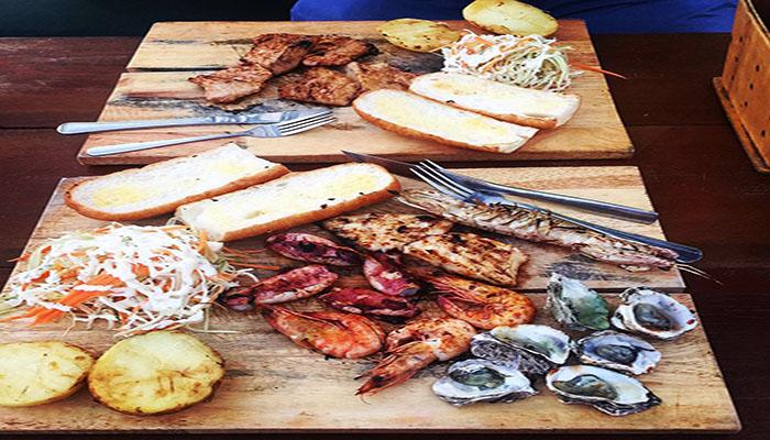 Một phần ăn đầy đủ từ hải sản đến các món rau, bánh mỳ sẽ làm bạn no căng.