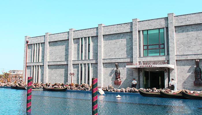 Bảo tàng Dân tộc Thế giới nằm sát ngay con kênh xanh, đừng quên ghé vào chiêm ngưỡng nhé!