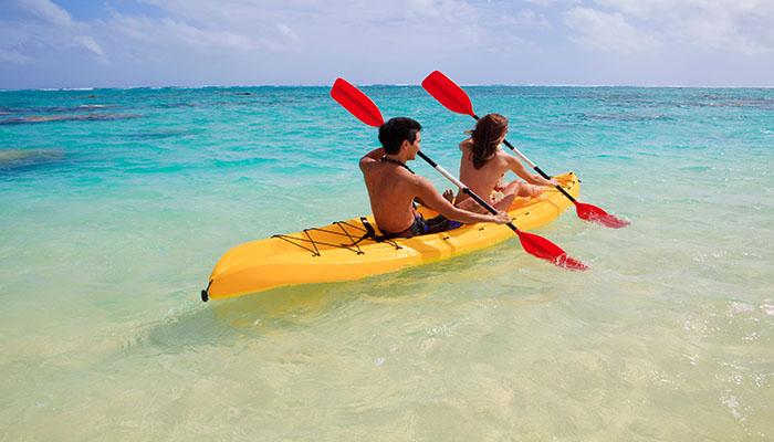 Cùng nhau thử chèo thuyền kayak trong làn nước xanh cùng bạn bè cũng là một hoạt động đáng thử đấy.