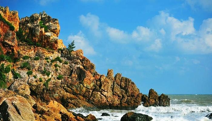 Vì hình dạng tương tự đầu rồng nên hòn đảo có tên là Mũi Vi Rồng.