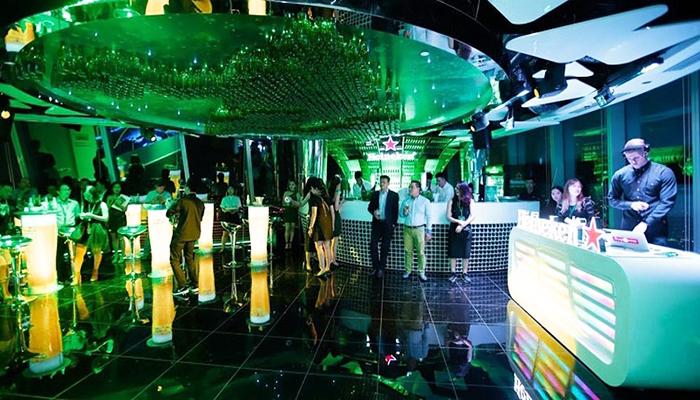 Quầy bar với view nhìn toàn thành phố vô cùng hiện đại và sang trọng. Nguồn: baomoi.vn