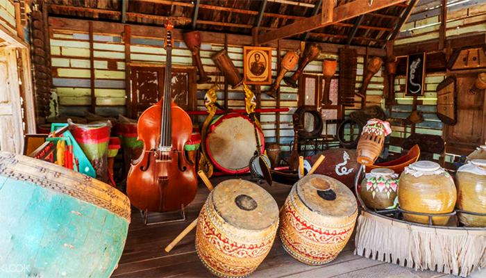 Các dụng cụ phục vụ cho buổi diễu hành âm nhạc trên thuyền.