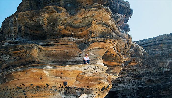 """Hang Câu được sóng và gió biển bào mòn, """"khoét sâu"""" vào lòng núi hình thành qua hàng ngàn năm từ nham thạch tạo nên một vẻ đẹp vô cùng kỳ vĩ. Nguồn: tripnow.vn"""