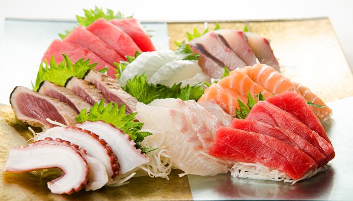 Cá để làm sushi (sashimi) phải rất tươi để đảm bảo vị thơm ngon của món ăn. Nguồn: date-plan.com