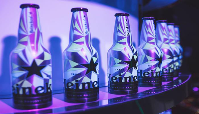 Tại đây, bạn cũng sẽ được thấy nhiều phiên bản giới hạn của chai bia Heineken nổi tiếng. Nguồn: lettersfromtina.com