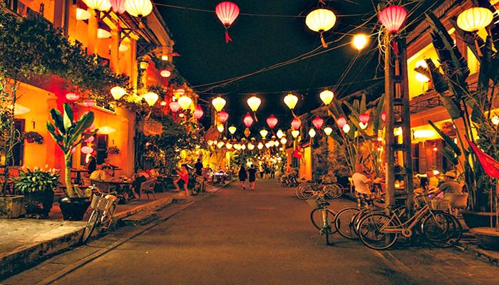 Phố cổ Hội An về đêm trở nên lung linh, huyền ảo nhờ những chiếc đèn lồng đủ màu sắc. Nguồn: pioneertravel.com.vn