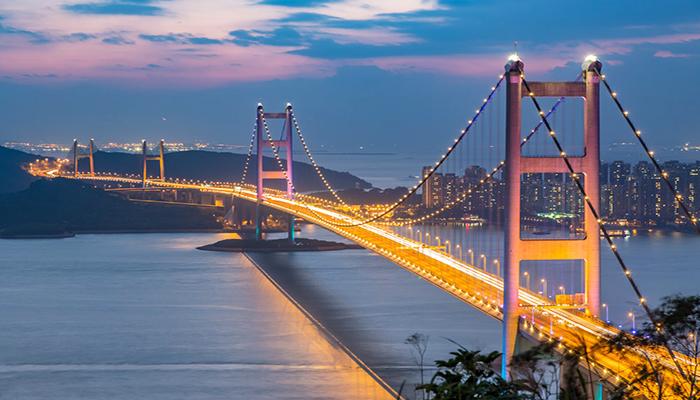 Chiếc xe sẽ đi ngang cây cầu Thanh Mã - Tsing Ma Bridge. Cây cầu có nhịp lớn thứ 7 thế giới. Nguồn: squarespace.com