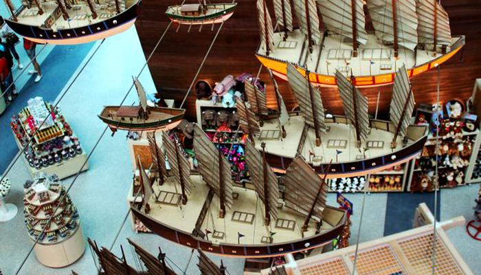 Hơn 30 mô hình tàu phụ trợ được treo xung quanh tàu Bao Chuan.