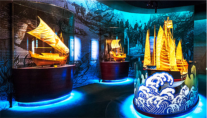 Các hiện vật được trưng bày lấp lánh dưới ánh đèn.